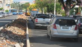 Longas filas de carro se formam toda vez que um veículo grande precisa parar na Engenheiros
