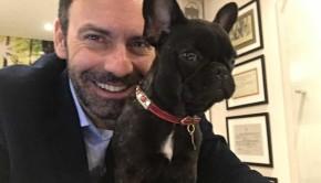 O mestre em psicologia Otávio Grossi e a Bulldog Francês, Lili, trabalham juntos no tratamento de crianças com dificuldade de aprendizagem